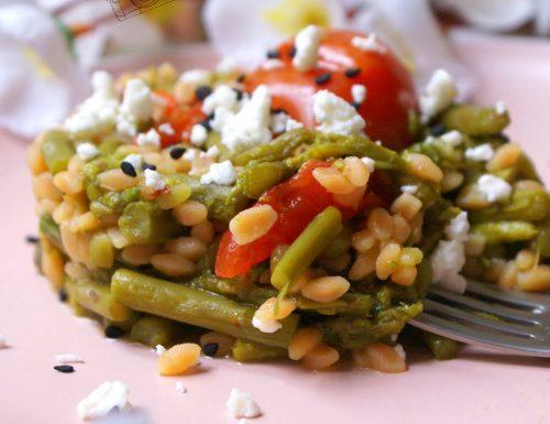 Chicchi di legumi con asparagi e pomodorini