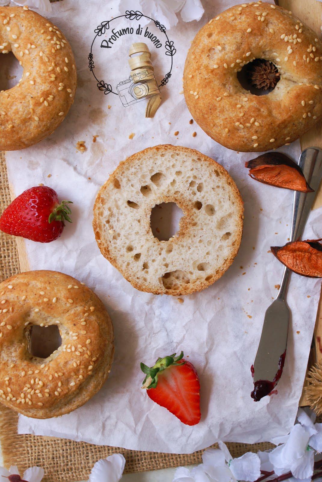 Ciambelline di pane al sorgo senza glutine con semi di sesamo