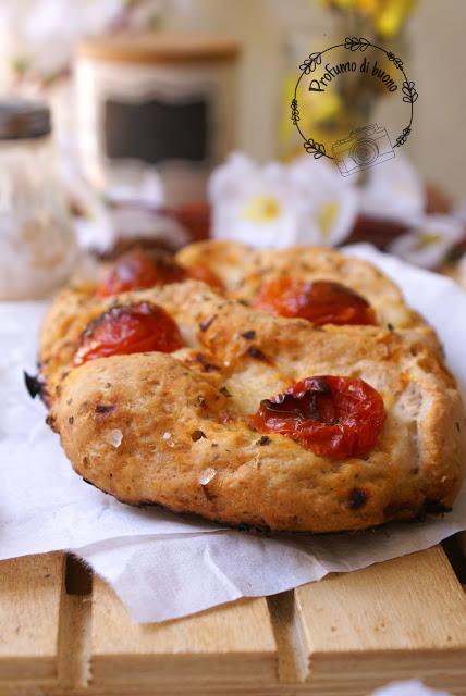 Focaccia senza glutine al sorgo con pomodorini, origano e grani di sale grosso