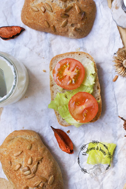 Ciabattine rustiche senza glutine con semi di girasole farcite con formaggio spalmabile, insalata e pomodori