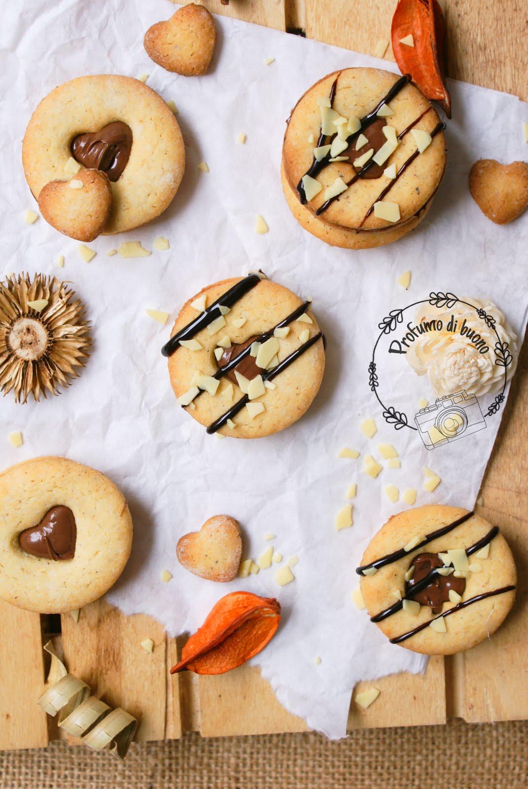Biscotti senza glutine integrali con crema di nocciole, coperti di cioccolato fondente e scagliette di cioccolato bianco