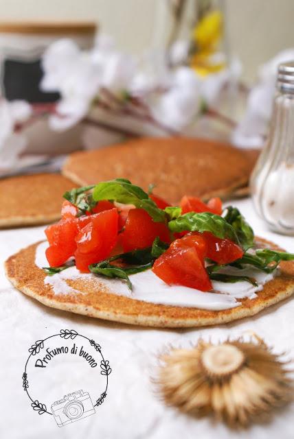 Pancake di grano saraceno senza glutine salati con formaggio spalmabili, pomodorini e basilico