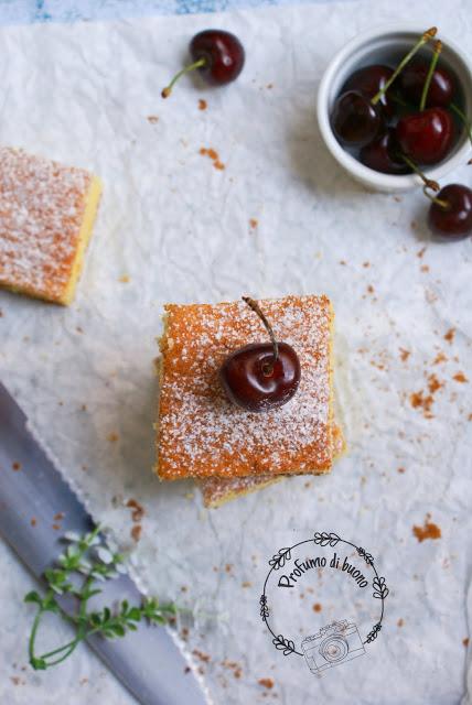 Torta all'arancia portoghese senza glutine con zucchero a velo e ciliegie