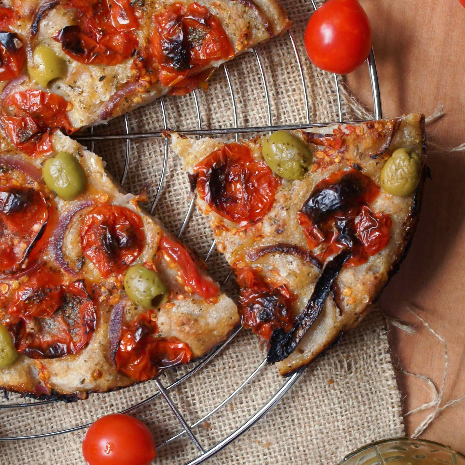 Focaccia pugliese integrale senza glutine con pomodorini, olive e cipolla rossa