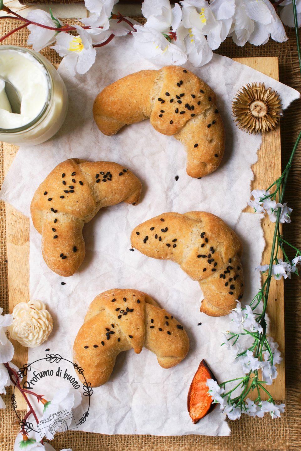cornetti di pane al grano saraceno con semi di sesamo nero
