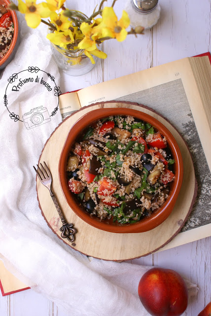 insalata di cous cous integrale senza glutine con melanzane, pomodorini e olive e basilico fresco