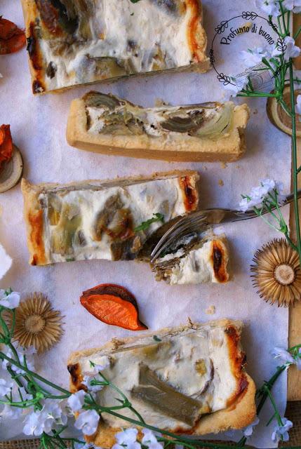Crostata salata ai carciofi senza glutine decorata con foglie di prezzemolo fresco