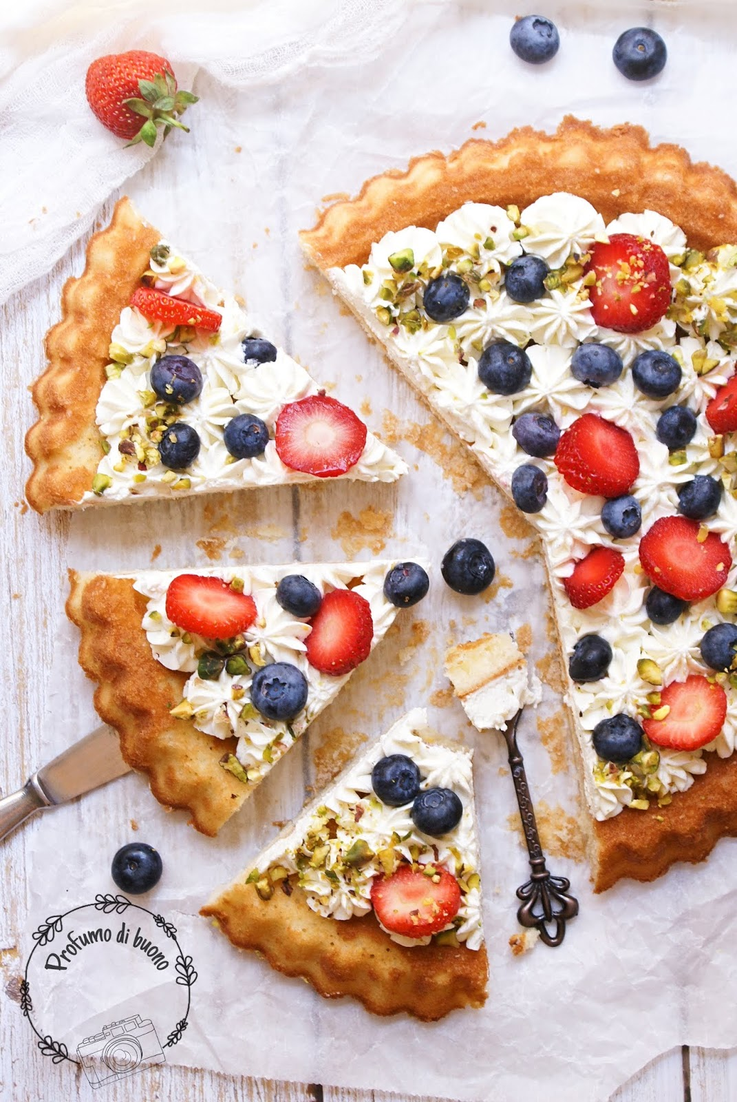 Crostata morbida senza glutine ripiena di crema al phiadelphia con fragole, mirtilli e granella di pistacchi