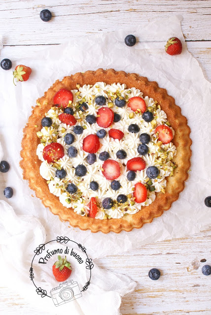 Tart stuffed soft without gluten Phiadelphia cream with strawberries, blueberries and chopped pistachios