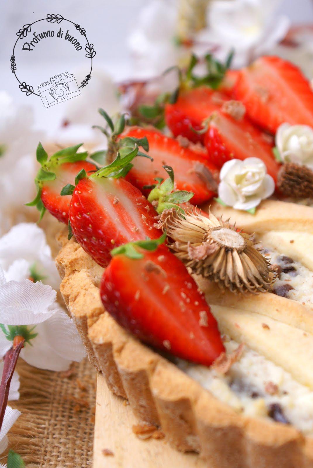 Crostata senza glutine ricotta e cioccolato e fragole fresche in superficie