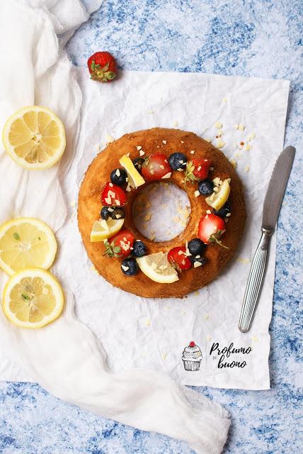 Ciambella al cucchiaio senza glutine con frutta fresca, spicchi di limone e scaglie di cioccolato bianco