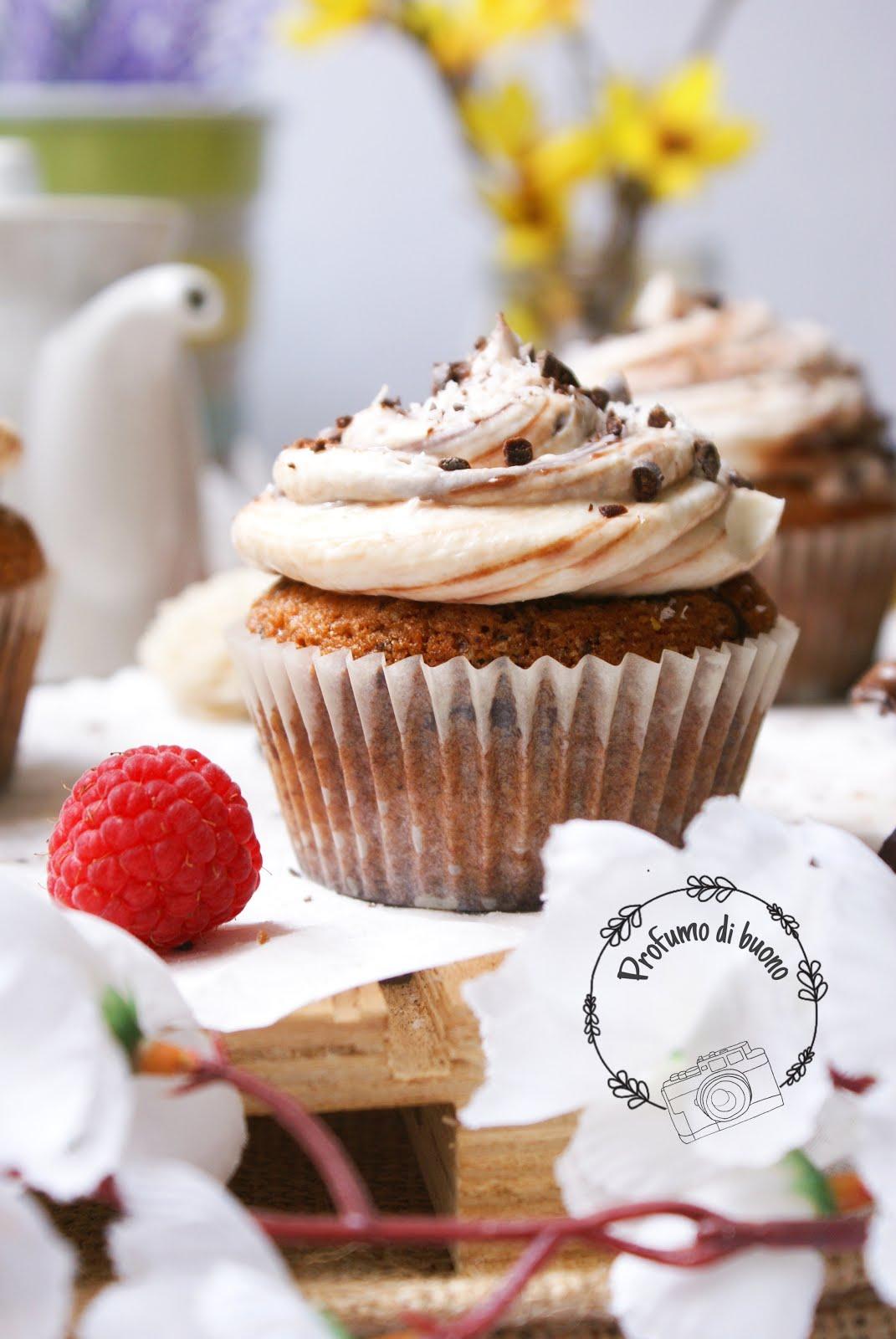 Muffin al cocco e cioccolato senza glutine con frosting al philadelphia. crema di nocciole e scaglie di cioccolato