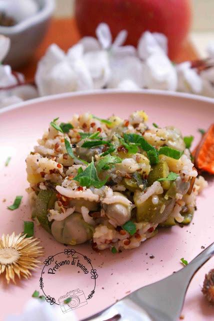 Insalata tiepida di cereali antichi con fave e zucchine servita con pepe e prezzemolo fresco