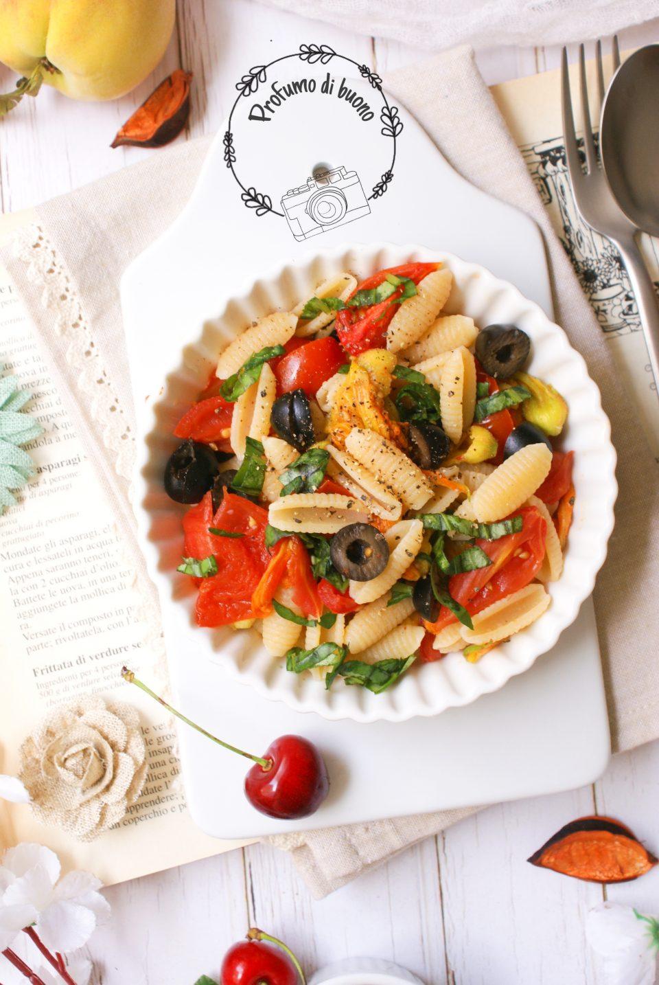 Gnocchetti sardi con pomodorini, fiori di zucca e olive, basilico e pepe nero macinato