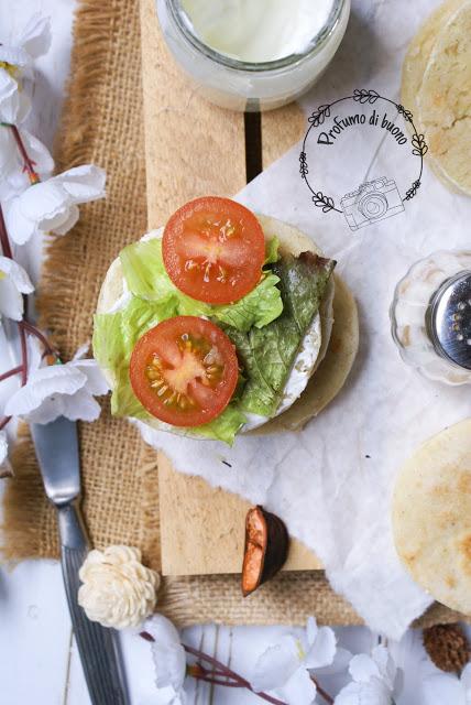 Focaccine in padella senza glutine  farcite con formaggio spalmabile, pomodori e insalata