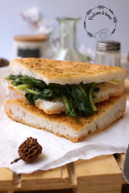 Fetta di focaccia senza glutine con mix it Schar, olio di oliva e origano in superficie ripiena di broccoli