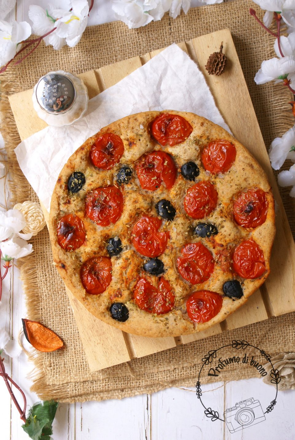 focaccia al grano saraceno senza glutine con pomodorini, olive nere e origano