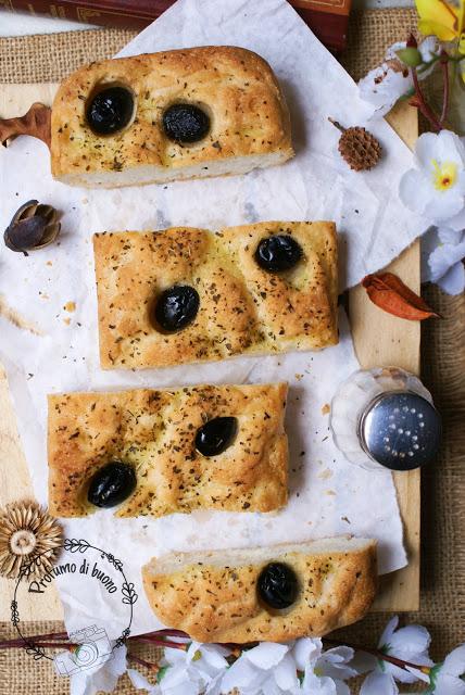 Impasto con Nutrifree pane per realizzare focaccia bianca senza glutine con olive nere