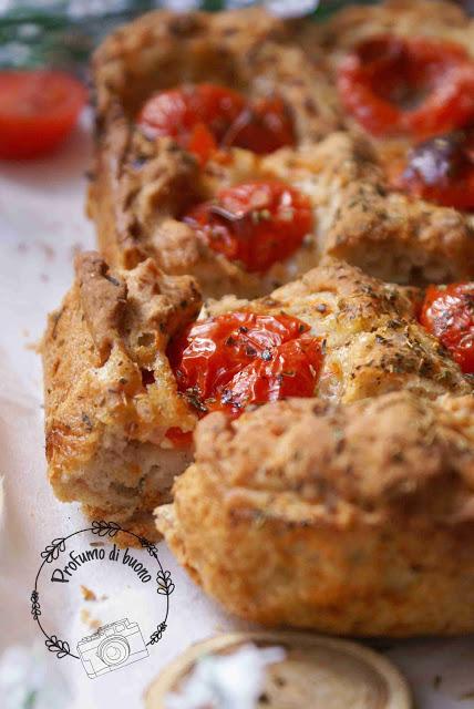 Focaccia integrale alle patate senza glutine con pomodorini e origano