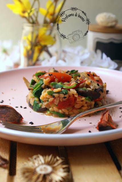 Legumotti con funghi, rucola e pomodorini e semi di sesamo nero