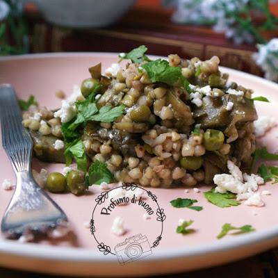 Insalata di grano saraceno con carciofi e piselli e feta sbriciolata