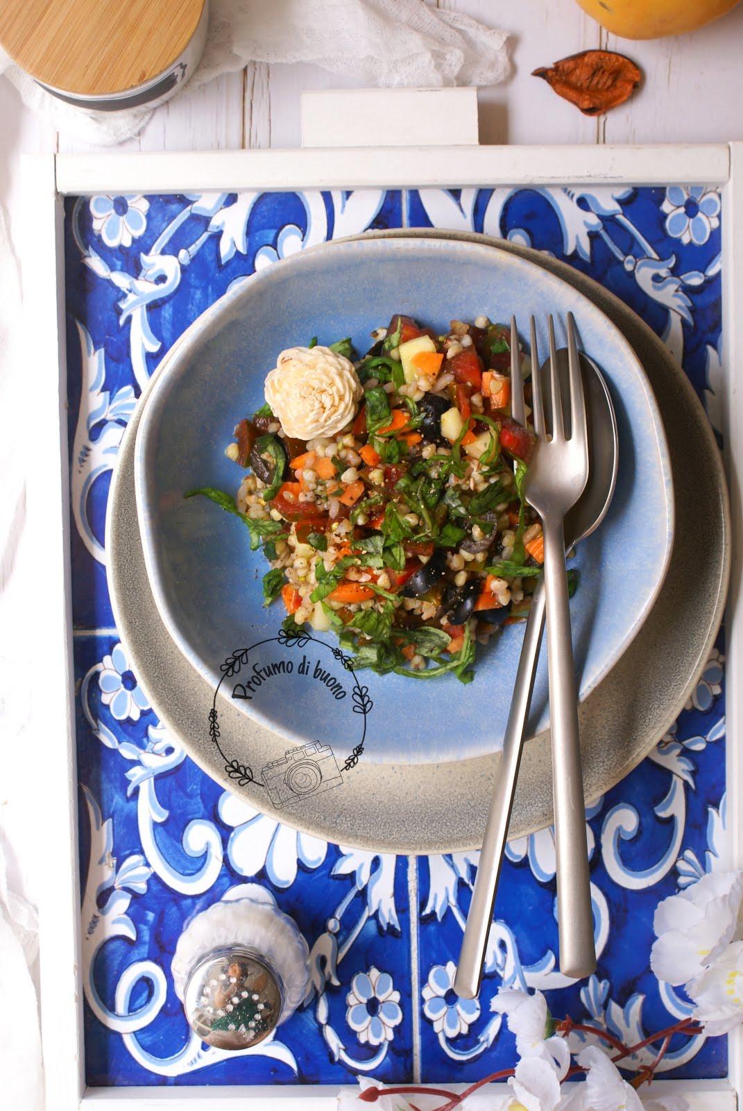 Insalata di grano saraceno al basilico con carote, pomodorini e pepe nero