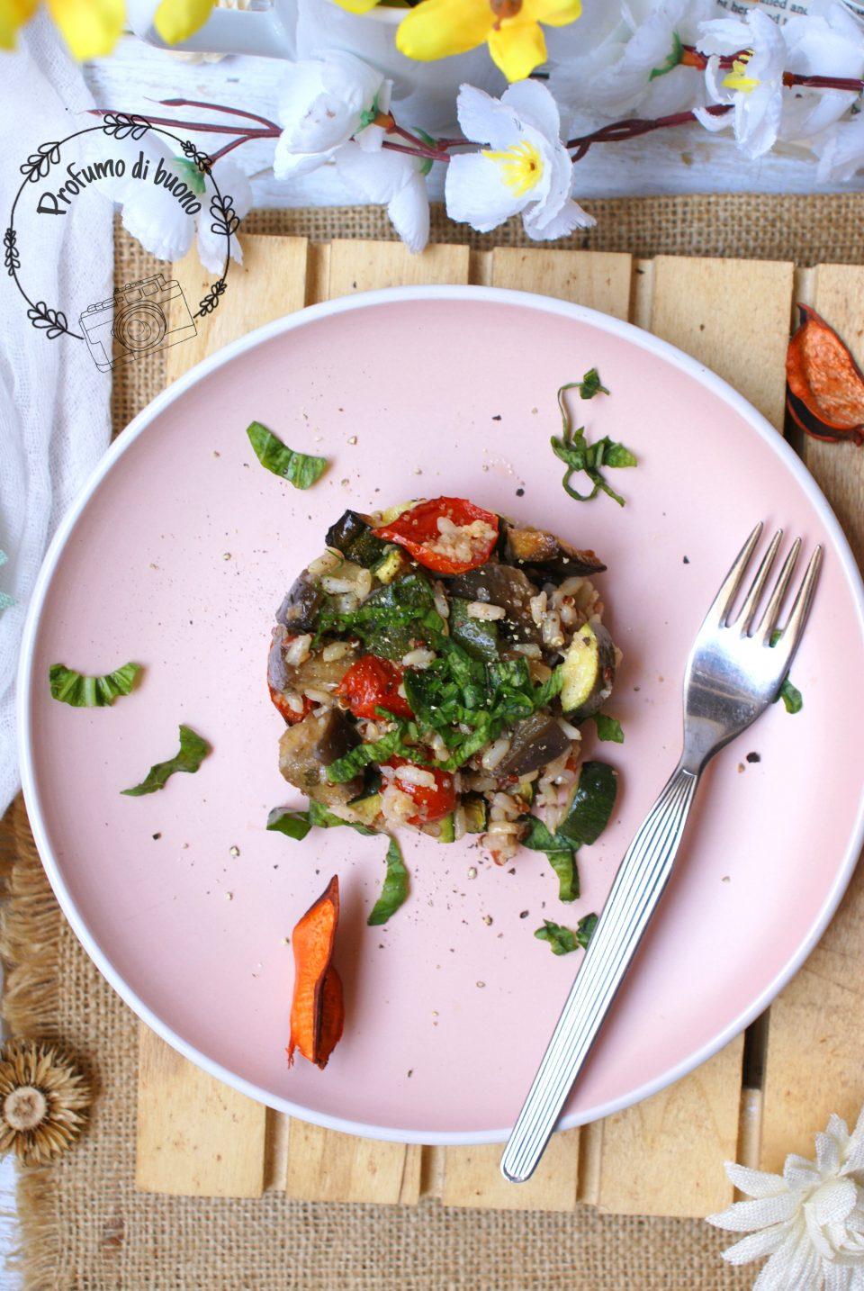 Insalata di cereali integrali con verdure e ortaggi gratinati e basilico tritato