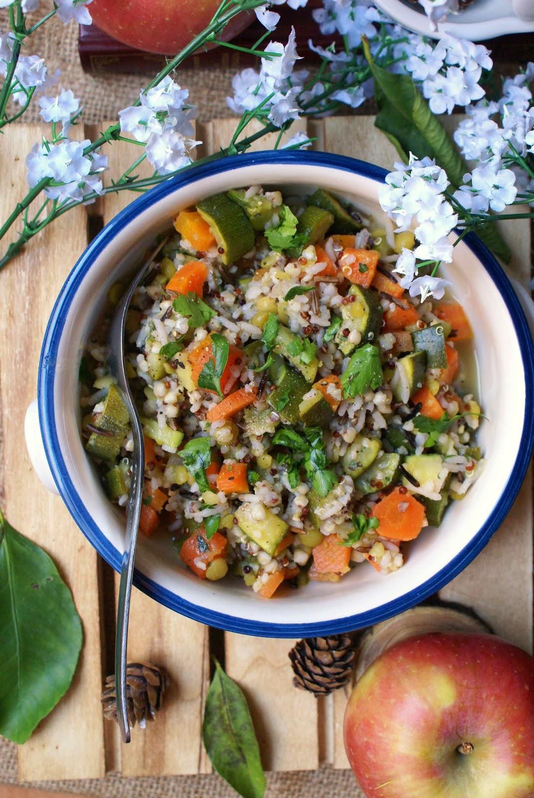Insalata tiepida di cereali antichi  con zucchine, carote, piselli spezzati e prezzemolo