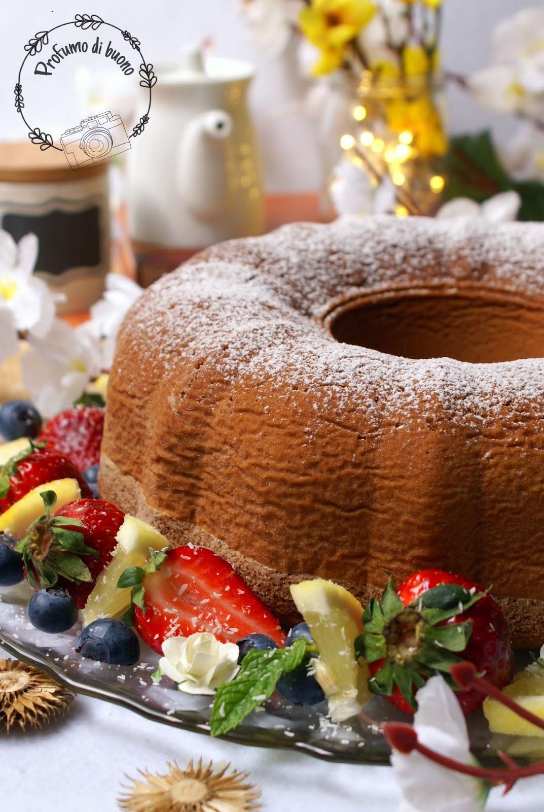 Ciambellone della nonna senza glutine con farine naturali ricoperto di zucchero a velo servito con frutta fresca