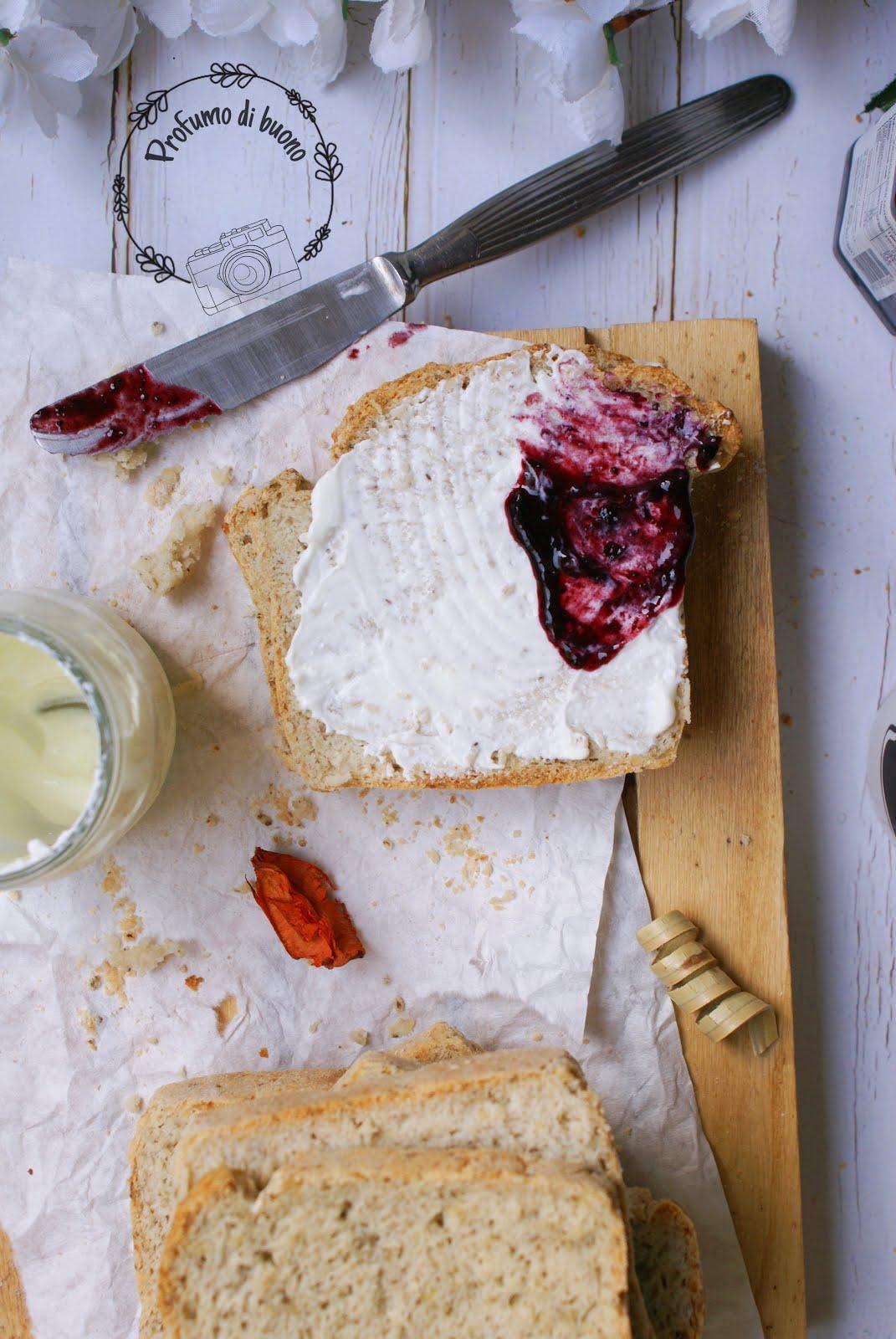 Pan bauletto senza glutine con farine naturali farcito con formaggio e marmellata