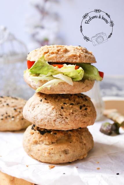 Panini integrali sena glutine con farine naturali e semi di sesamo farciti con insalata e pomodori