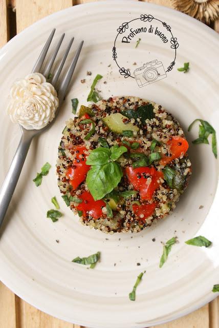 Insalata di quinoa tricolore con peperoni, zucchine e basilico
