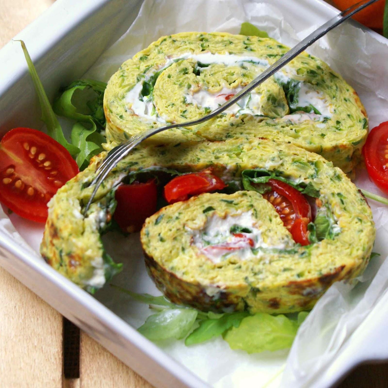 Rotolo di frittata verde farcito con formaggio quark, lattughino e pomodori