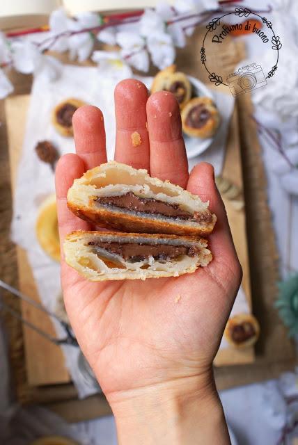 Pasticcino di pasta sfoglia magica senza glutine ripieno di crema di nocciole