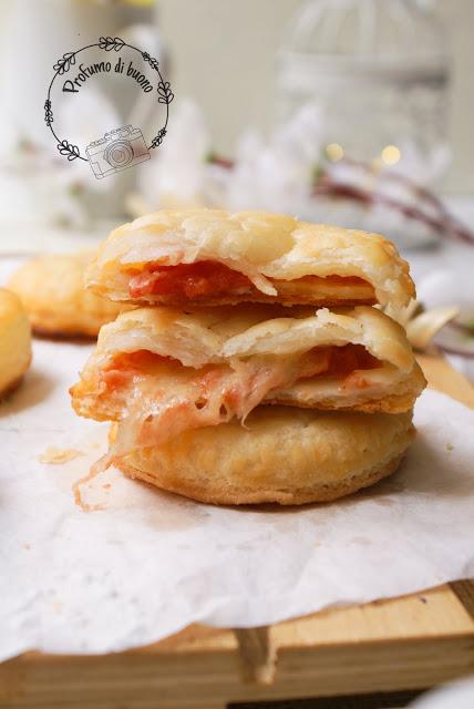 Rustici di pasta sfoglia magica senza glutine con pomodoro e mozzarella