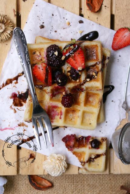 Waffle del Belgio senza glutine con farine naturali con cioccolato, fragole e frutti di bosco e granella di nocciole