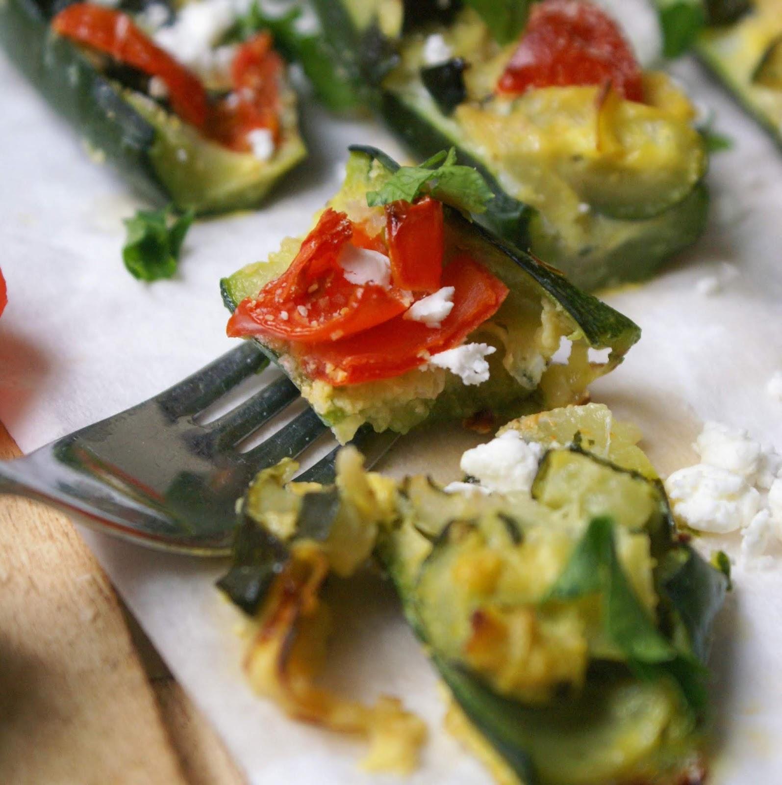 Zucchine ripiene vegetariane con pomodorini, formaggio feta e prezzemolo fresco