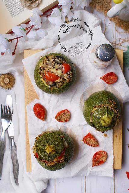 Zucchine ripiene di quinoa tricolore con pomodorini e olive nere