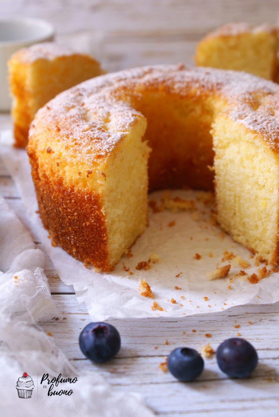 Chiffon cake senza glutine con zucchero a velo e mirtilli