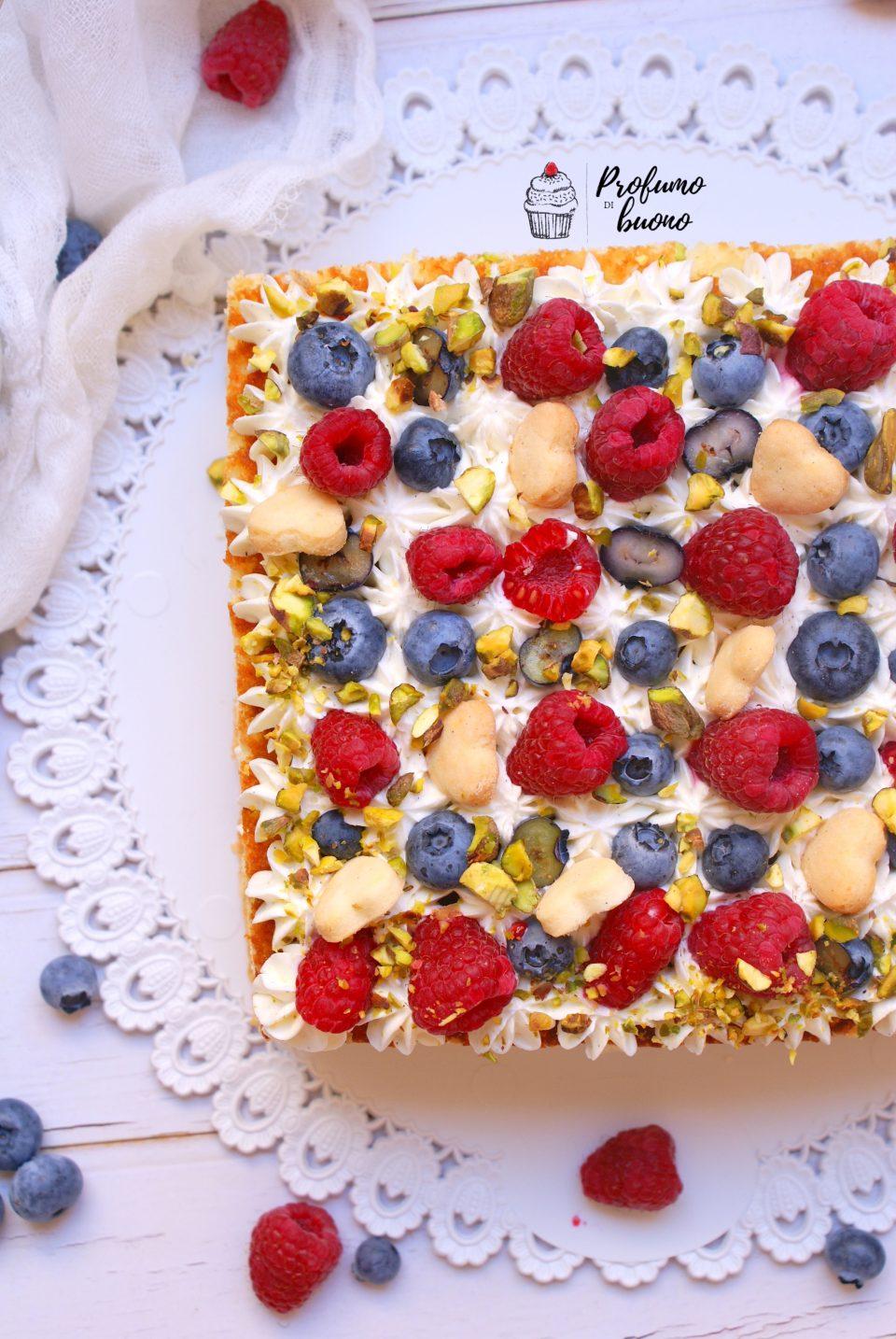 Torta casalinga senza glutine servita con crema al philadelphia, mirtilli, lamponi, pistacchi e biscottini
