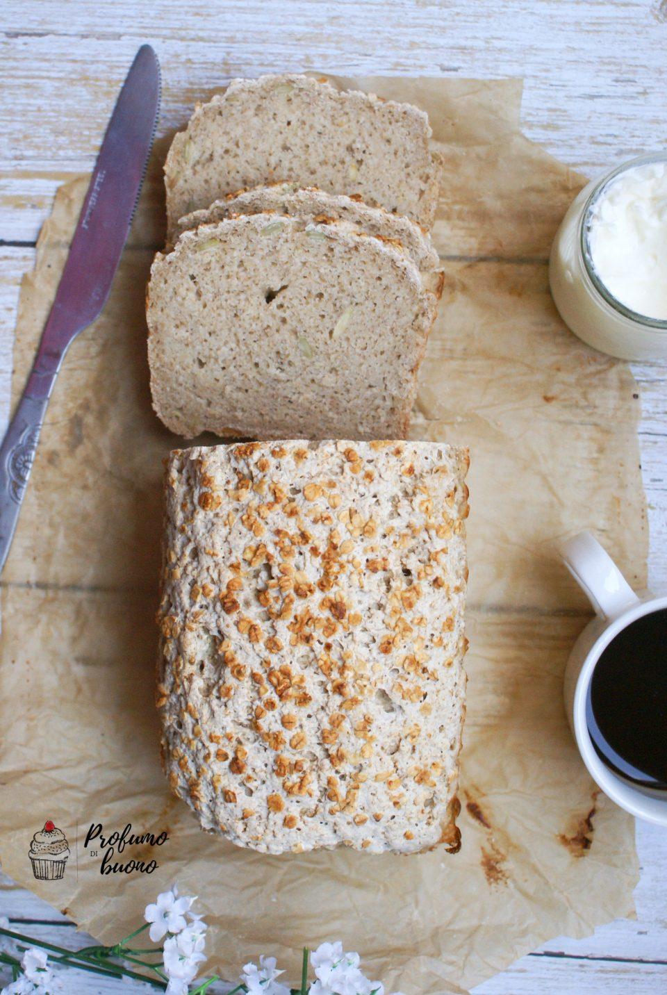 Pane senza glutine con farina di avena e fiocchi di avena in superficie