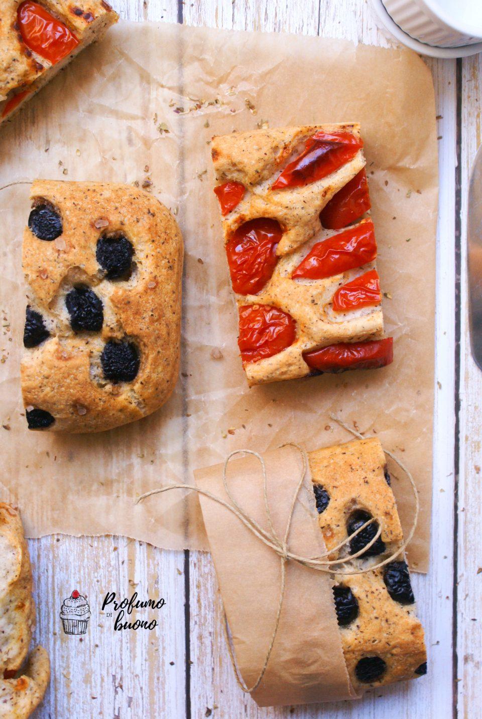 Pan focaccia senza glutine con pomodorini, olive nere, origano e sale grosso