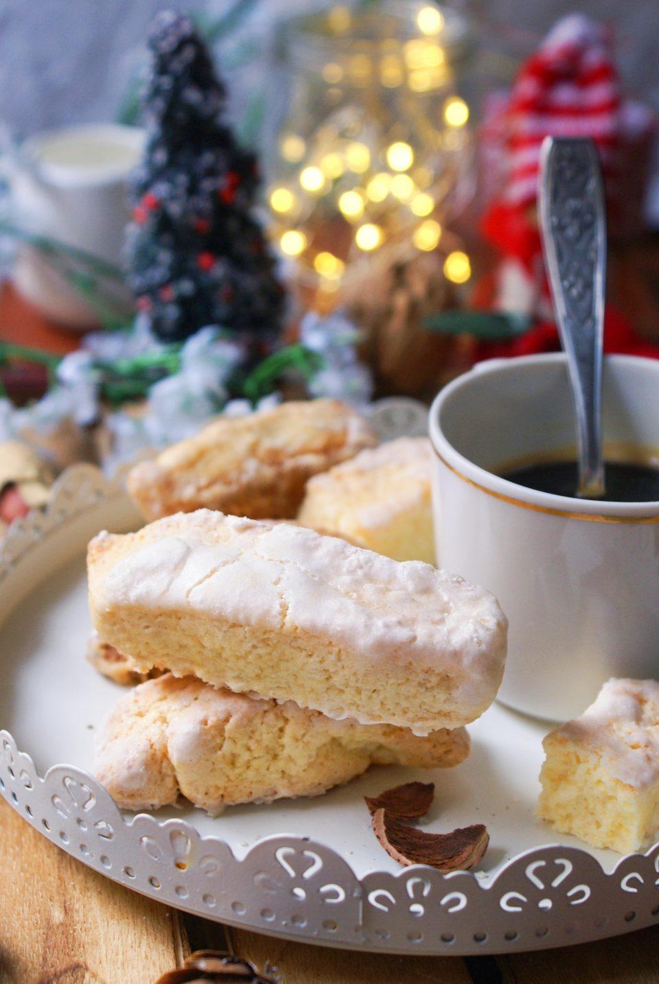 Biscotti all'anice senza glutine ricoperti di zucchero a velo
