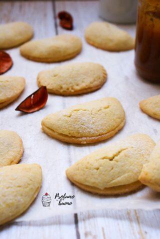 Ravioli dolci senza glutine ripieni di marmellata di fico con una spolverata di zucchero a velo