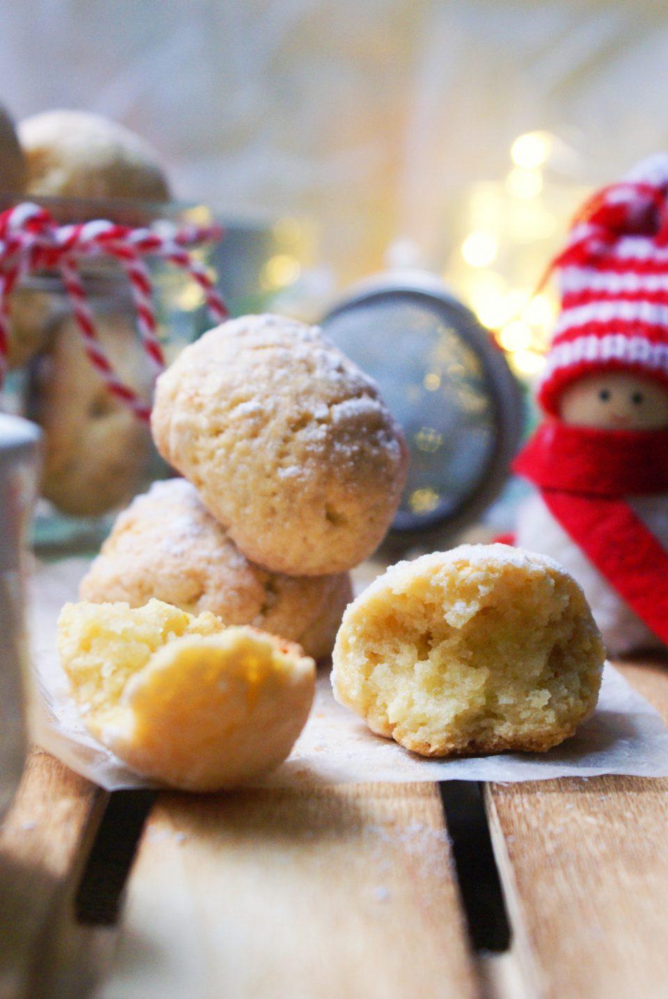 Biscotti alle mandorle senza glutine ricoperti di zucchero a velo