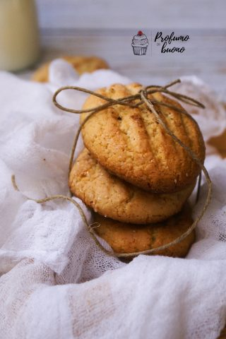 Biscotti da inzuppo senza glutine rigati ricoperti di granelli di zucchero semolato