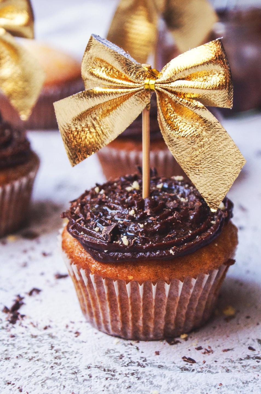Dolci di capodanno con crema al cioccolato decorati da un fiocco dorato