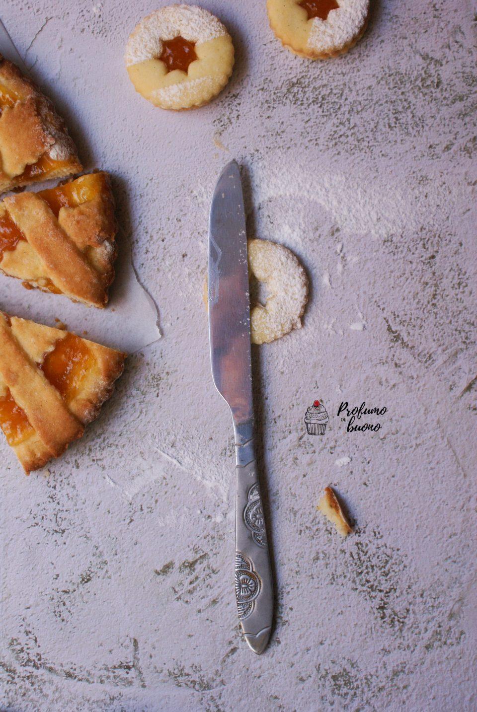 Biscotti realizzati con pasta frolla frolla senza glutine e senza burro, con farine naturali, farciti con crema di  nocciole e decorati con zucchero a velo