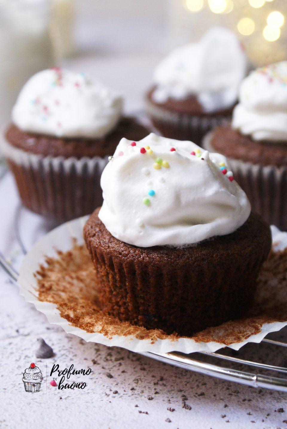 Ciocconeve di Natale senza glutine ovvero muffin senza glutine e vegan al cacao ripieni di crema al cioccolato e coperti di panna montata decorati con zucchero in granella