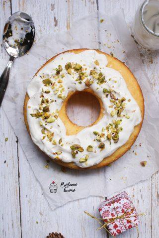 Torta alla panna senza glutine con pistacchi tritati in superficie